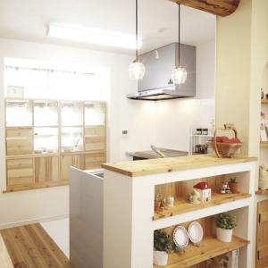 出窓を活用したキッチン収納と枝付柱のある家
